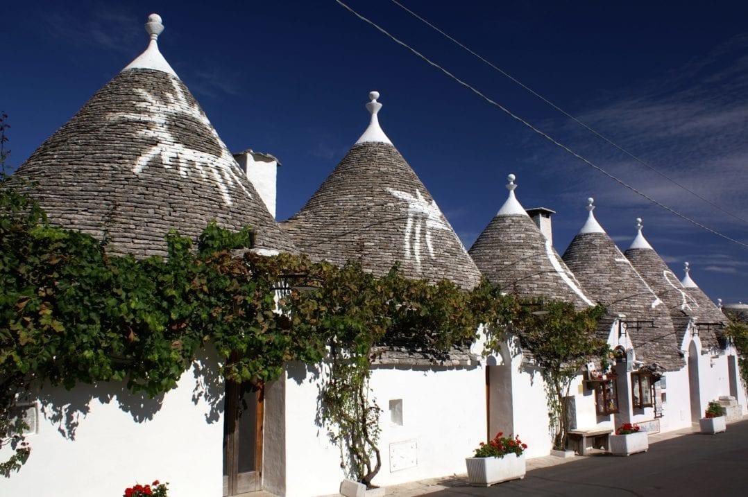 Typische Trulli-Häuser mit runden Steindàƒ¤chern im UNESCO Weltkulturerbe Alberobello in Apulien, Italien