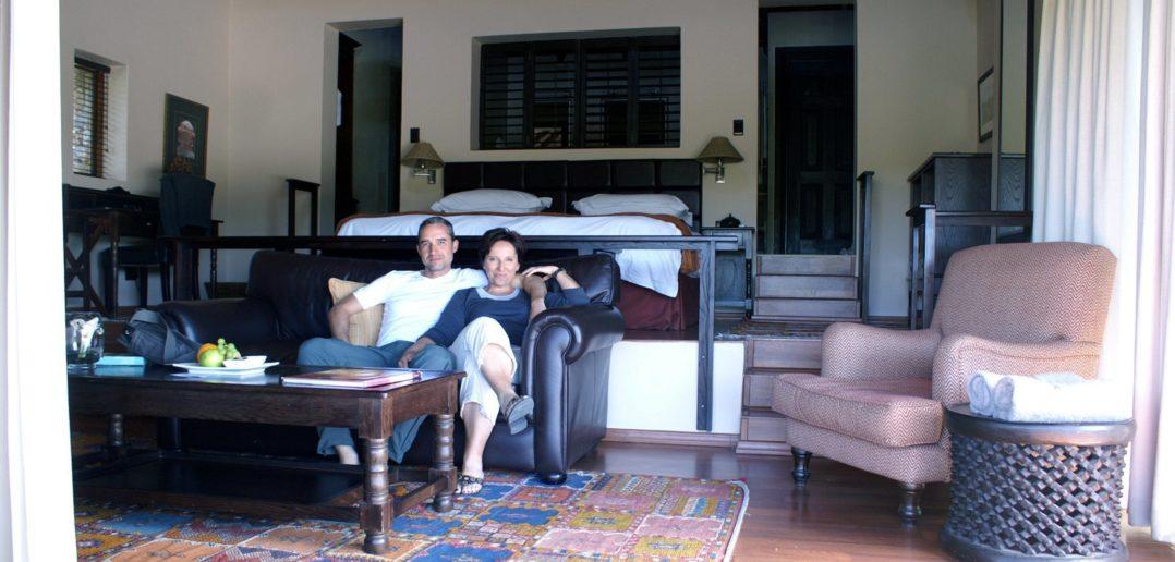 Walter Schärer & Katja Birrer in der Honeysuckle Suite der Kichaka Lodge