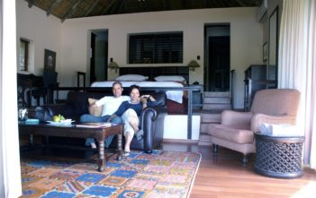 Walter Schärer & Katja Birrer in der Honeysuckle Suite der Kichaka Lodge