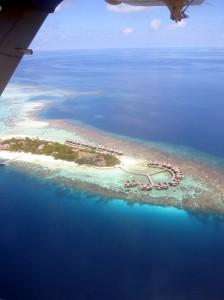 Landeanflug auf Mirihi mit den vorgelagerten Wasserbungalows