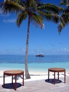 Aussicht auf Strand und Yacht beim Mittagessen
