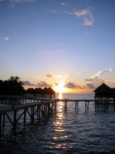 Ansicht der Bungalows bei Sonnenuntergang