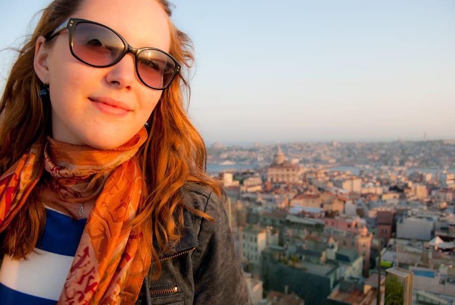 Charlotte Herrmann über den Dächern von Istanbul