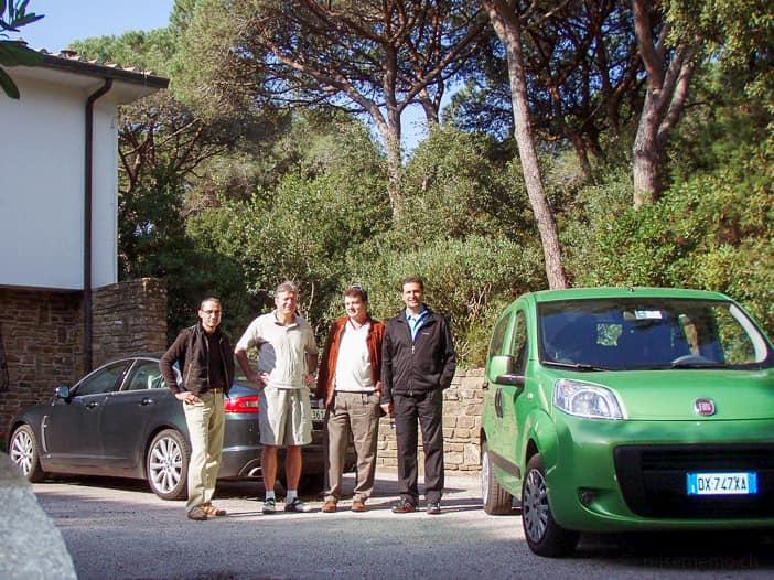 Walter, Martin, Balz und Daniel vor dem Wagenpark