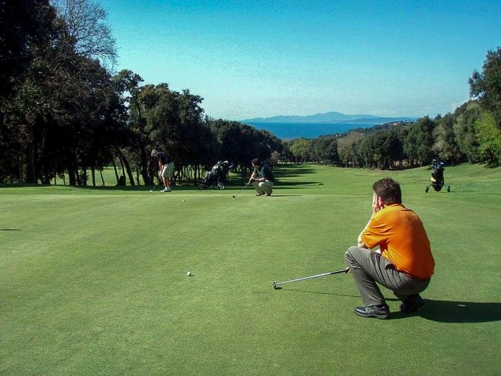 Jungs auf dem Green in Golf Punta Ala, Toskana