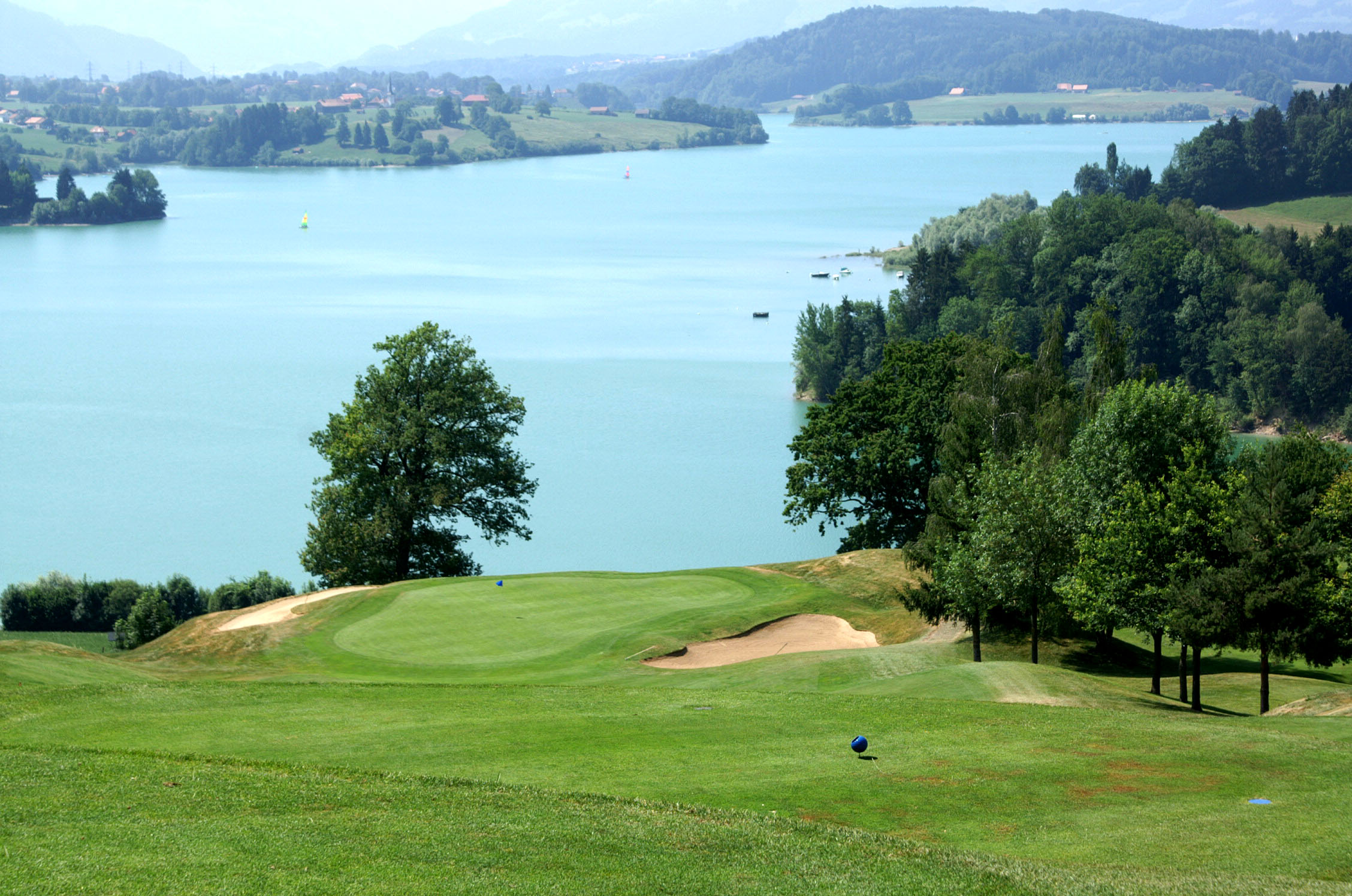 Abschlag vom Tee 1 im Golfclub La Gruyère