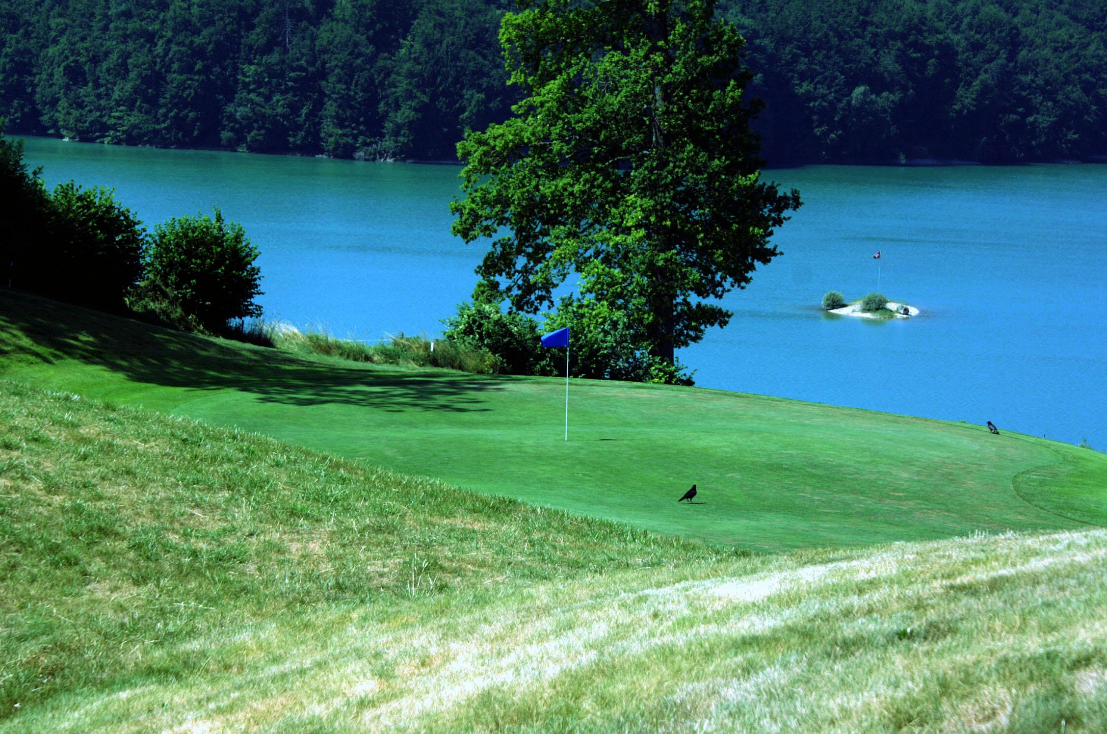 Sicht auf das Green 4 mit Aussicht auf eine Insel im Lac de la Gruyère