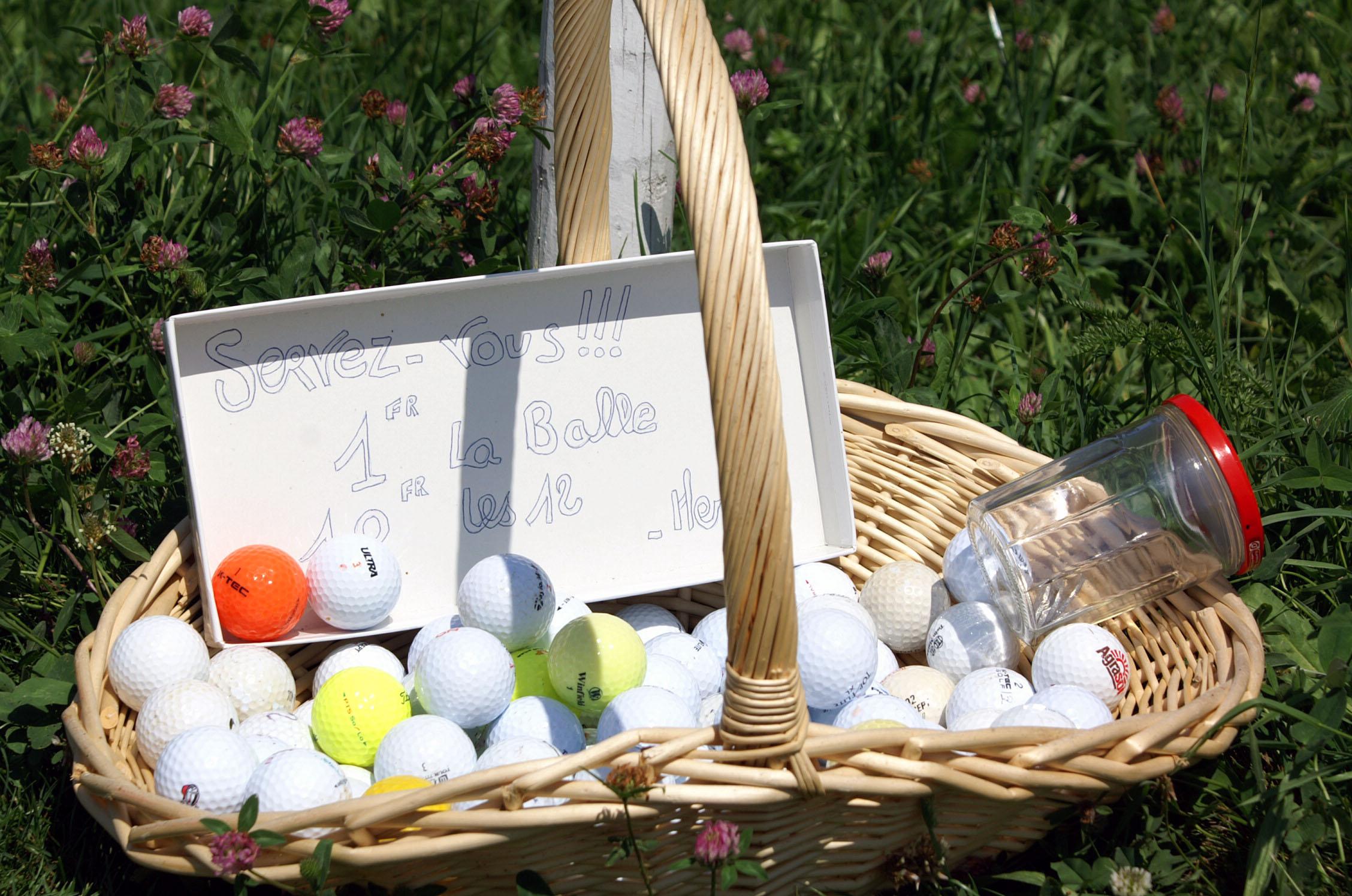 Korb mit Golfbällen und Kässeli