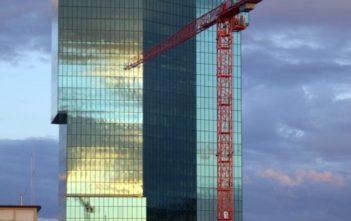 Prime Tower in Zàƒ¼rich von Westen mit Kran im Abendlicht