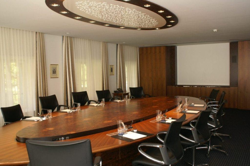 Exklusiver Boardroom mit versenkbarer Tischmitte.