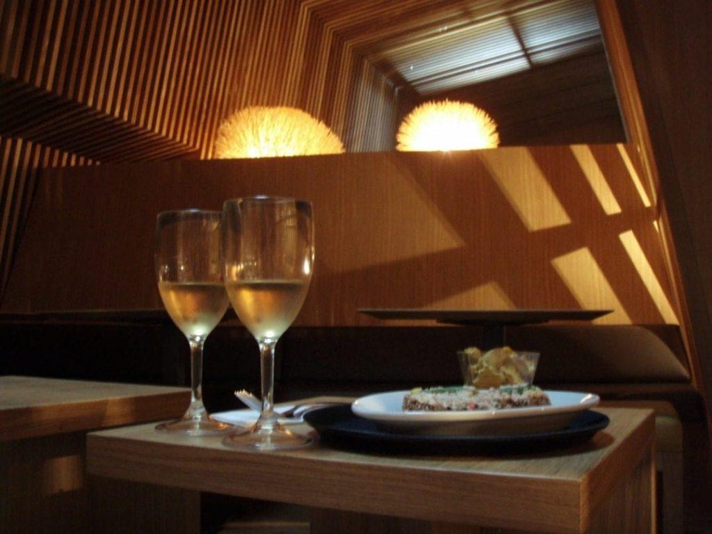 Lounge-Restaurant des Dachbads im Thermalbad & Spa, Zürich, Wein und Häppchen
