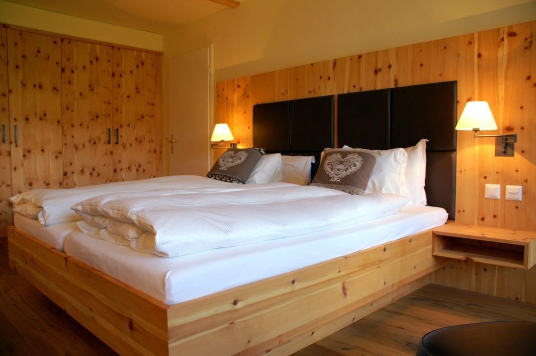 LA VAL Hotelzimmer Doppelbett Nachttischlampe