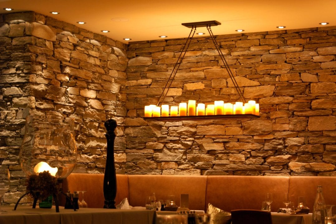 Kerzenförmige Deckenbeleuchtung im Restaurant des LA VAL Hotels in Brigels, Graubünden