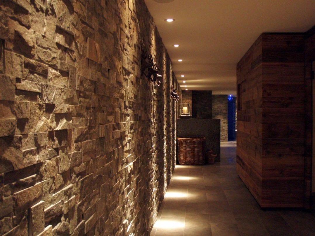 Bergspa Eingang zu Saunen und Dampfbädern des LA VAL Hotels in Brigels, Graubünden