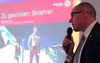 """Werbekampagne """"Zu gewinnen: Skilehrer"""" pràƒ¤sentiert von Schweiz Tourismus CEO Jàƒ¼rg Schmid"""
