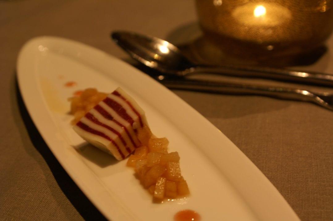 """Amuse-Bouche im Restaurant """"Lion d'Or"""": Mille-Feuille mit Appenzeller Kàƒ¤se und Mostbràƒ¶ckli zu Apfelstàƒ¼ckchen an Calvados-Sauce"""