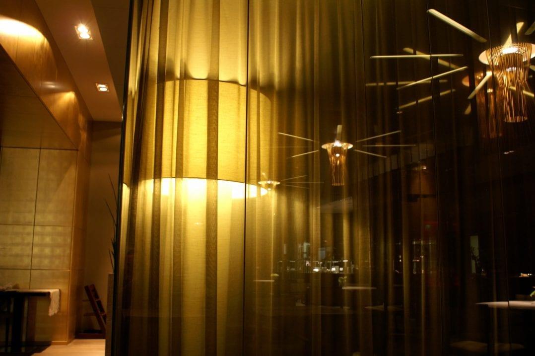 Leuchte und Vorhang im Fumoir im Golf Panorama Wellness Hotel in Lipperswil
