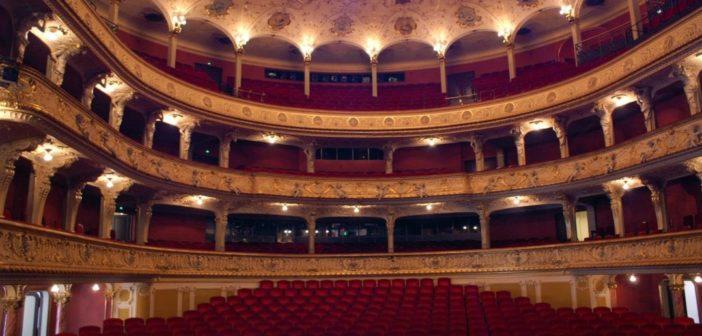 Panoramaansicht des Zuschauerraums, Logen und Deckenbeleuchtung
