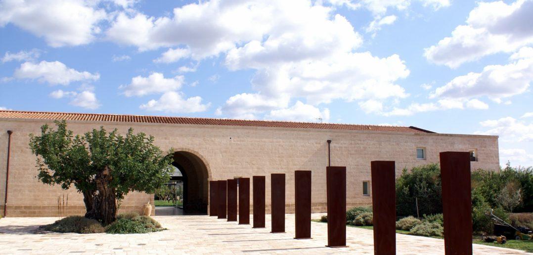 Skulpturen am Eingang des Klosterhotels Relais Histò San Pietro