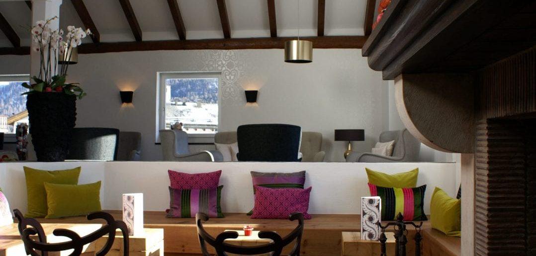 Cheminée, Sessel und Dekoration in der Lounge des Giardino Mountain in Chamfàƒ¨r
