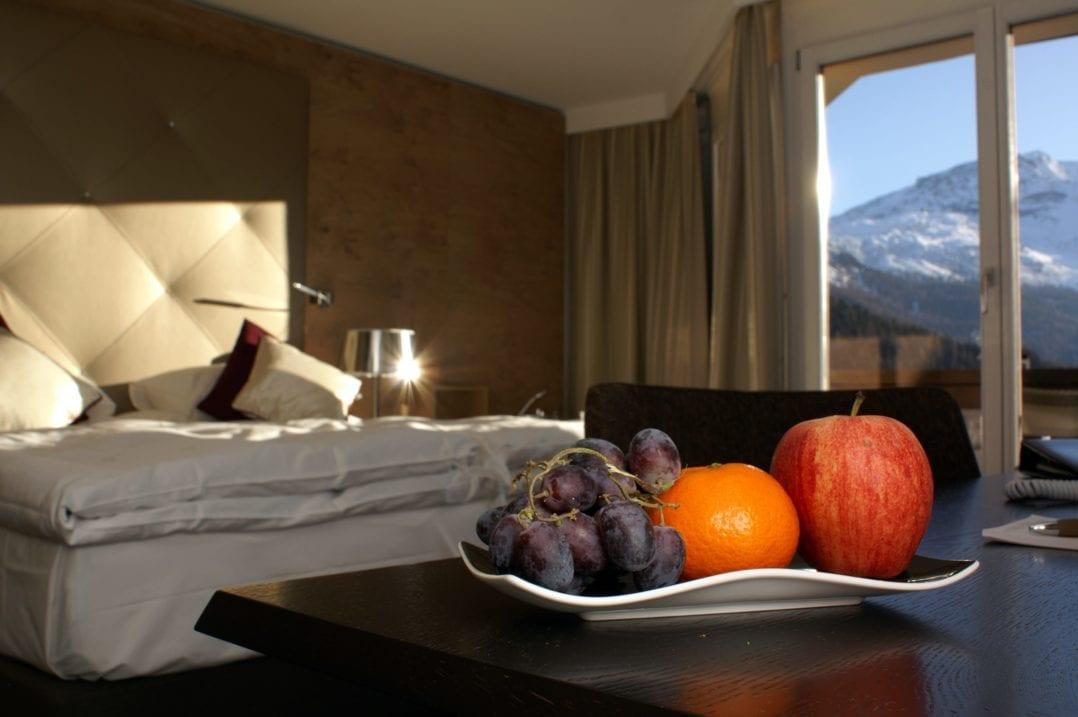 Hotelzimmer, Hotelbett, Früchteschale, Zimmeraussicht