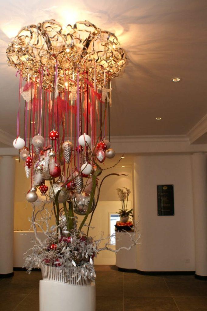Weihnachtsdekoration und Beleuchtung in der Lobby des Giardino Mountain in Champfàƒ¨r / St. Moritz