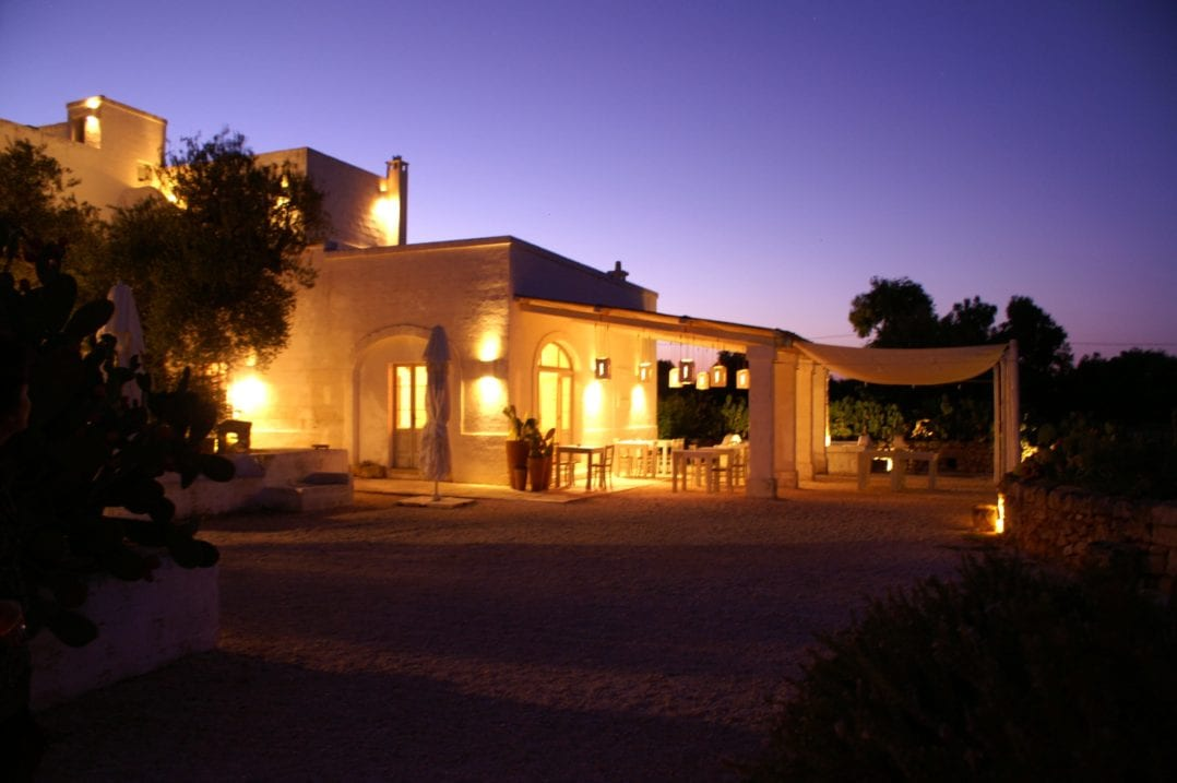 Terrasse der Masseria Cimino im Abendlicht
