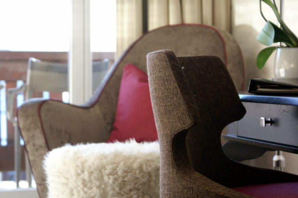 Sessel und Fauteuil im Hotelzimmer des Giardino Mountain Hotels