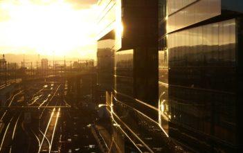Bürogebäude von Ernst & Young am Bahnhof Hardbrücke im Sonnenuntergang