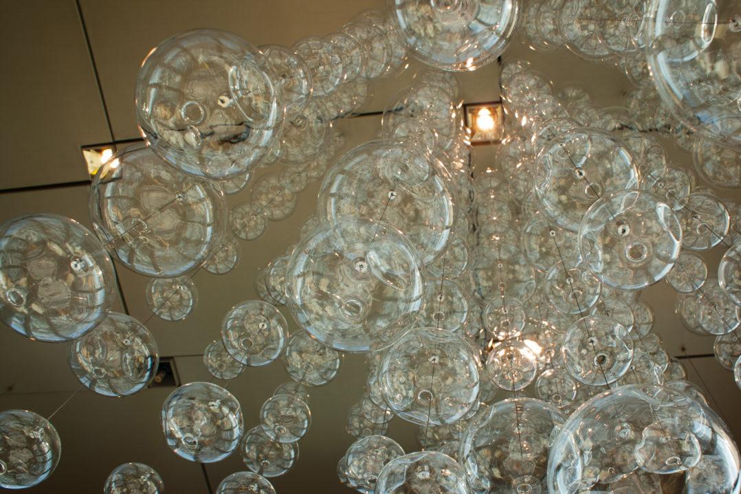 Kugelförmige Deckenleuchten im Clouds Restaurant im Prime Tower, Zürich