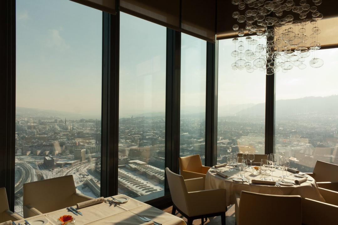 Runder Restauranttisch im Clouds Restaurant im Prime Tower mit Aussicht auf Zürich
