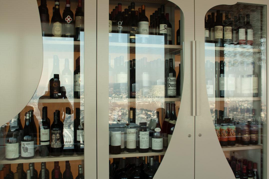 Weinschrank mit Aussicht im Clouds Restaurant