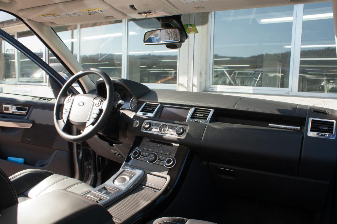 Lenkrad und Mittelkonsole des Range Rover Sport
