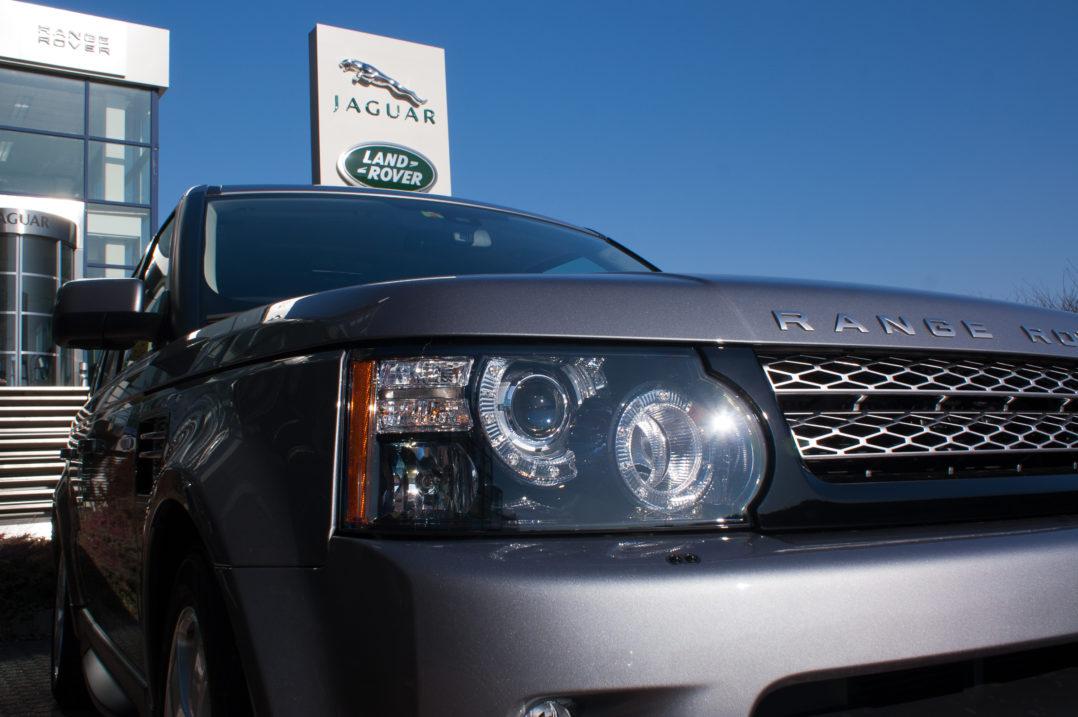 Kurvenlicht, Scheinwerfer und Kühlergrill vor der JAGUAR Land Rover Schweiz AG Ausstellungshalle in Safenswil