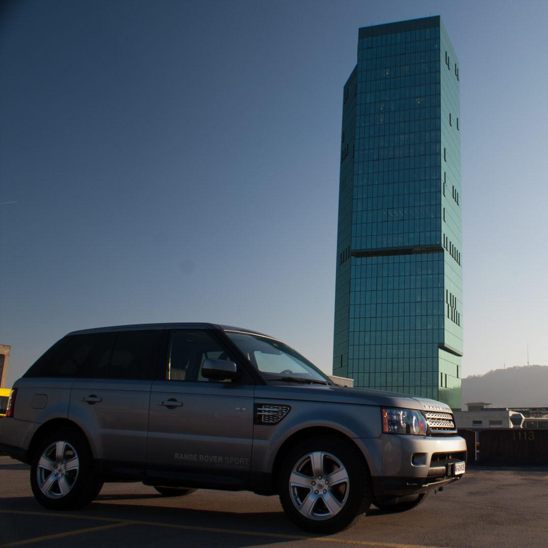 Range Rover Sport auf dem Parkhaus beim Prime Tower in Zürich
