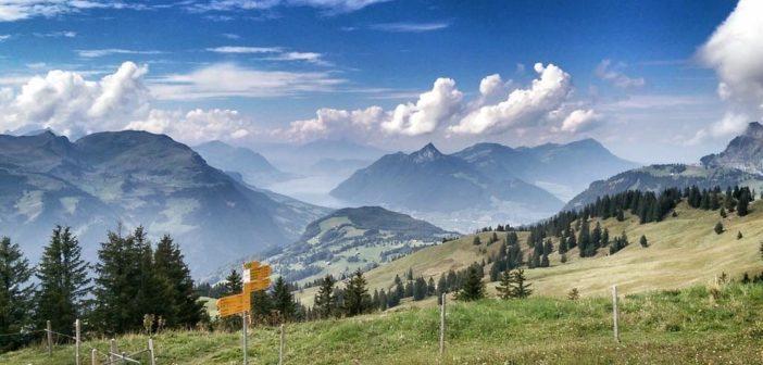 Wegweiser auf der Hoch Ybrig Höhenwanderung-