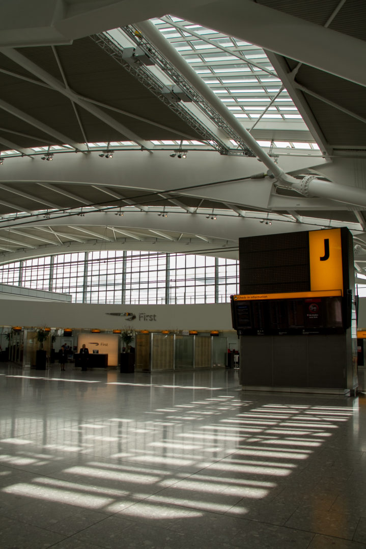 Dachkonstruktion und Check-in der First Class im T5 von London Heathrow