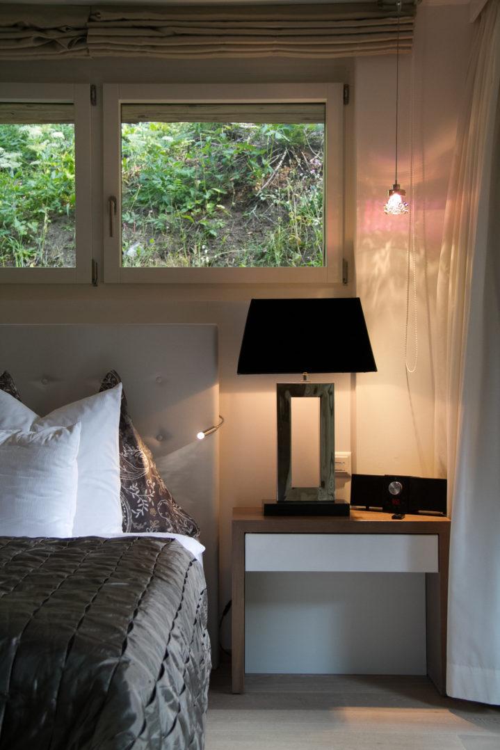 Nachtischleuchten in der Junior Suite des Matthiol Hotels in Zermatt