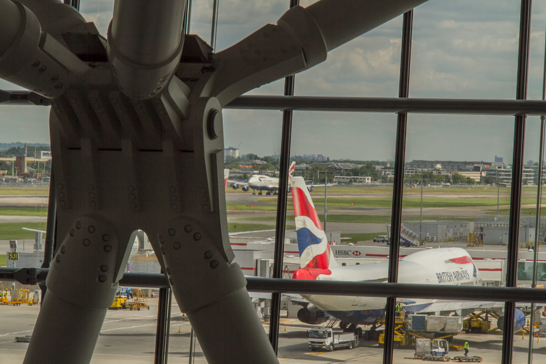 Jumbo Jets der British Airways vor dem Terminal 5 beim Turn-Around