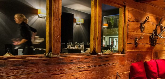 Hotel Post: Durchsicht von einem Restaurantteil in den andern