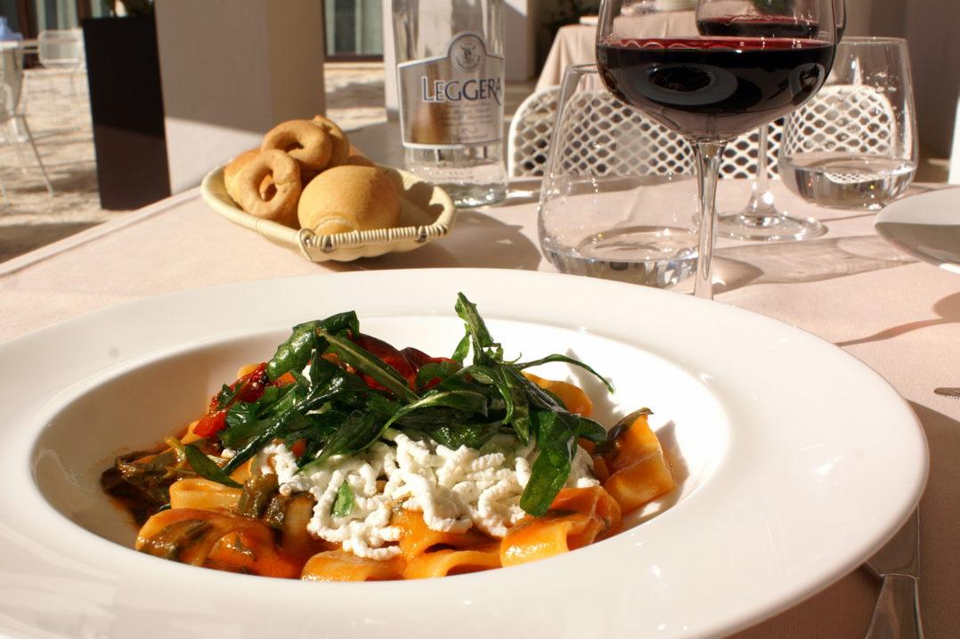 Pastateller mit Tomaten und Rucola in der Masseria Bagnara