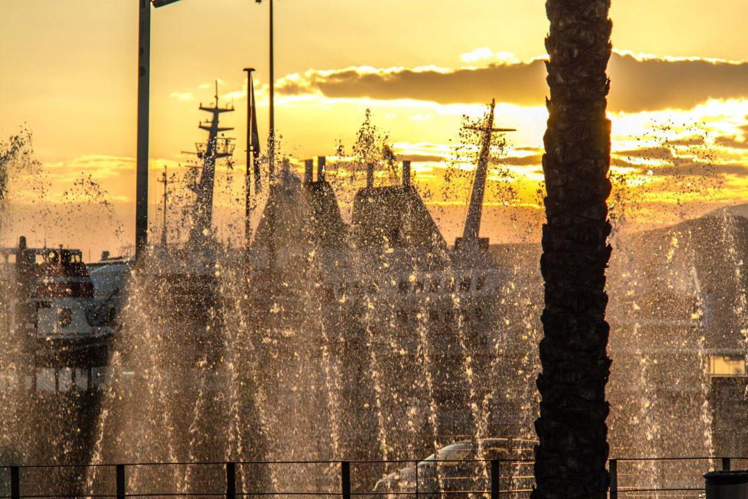 Wasserspiel beim Hafen von Almeria vor dem Sonnenuntergang