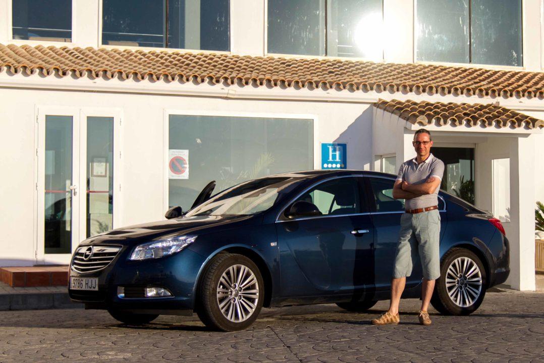 Walter Schärer mit dem Opel Insignia Mietwagen vor dem Golfhotel Benalupe