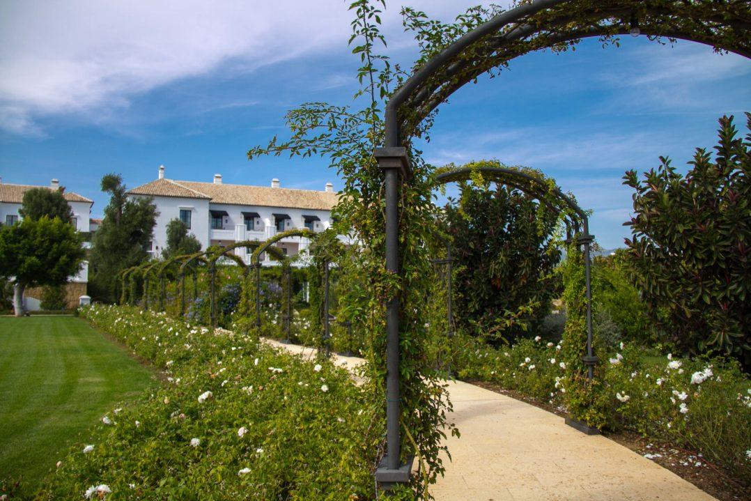 Gartenbögen der Finca Cortesin in Andalusien, Spanien