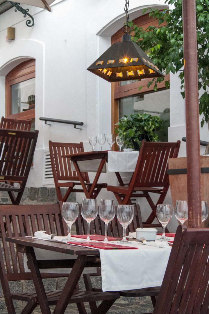 Restaurant El Central in Vejer de la Frontera mit Tischen auf öffentlicher Treppe