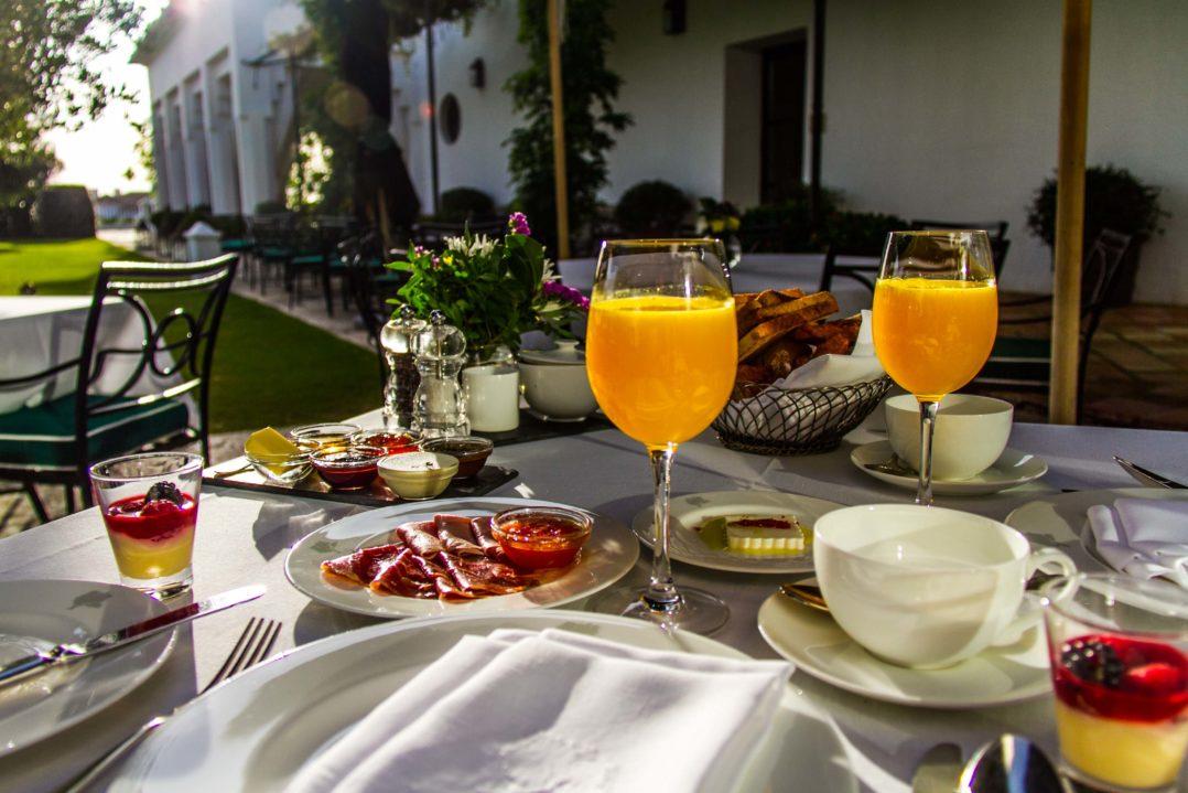 A-la-Carte Frühstück im Hof der Finca Cortesin
