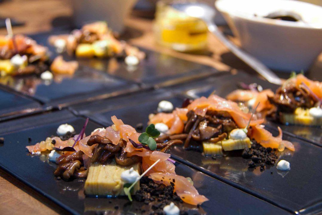 """""""Japanisches Omelett"""": marinierte Pilze, Wasabi, Saiblingskaviar, Sakurakresse und Rauchlachs"""