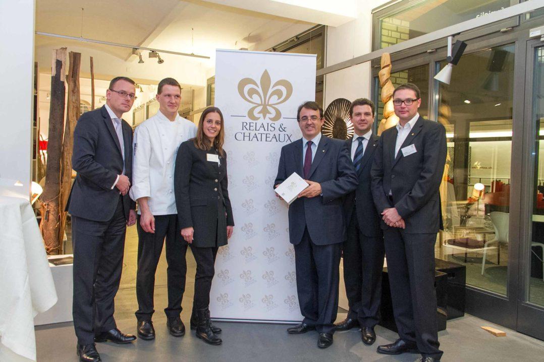 Vertreter von Relais & Châteaux mit mitte links Küchenchef und Geschäftsführerin Dario und Tamara Cadonau vom In Lain, ganz rechts Jan Stiller vom Lenkerhof