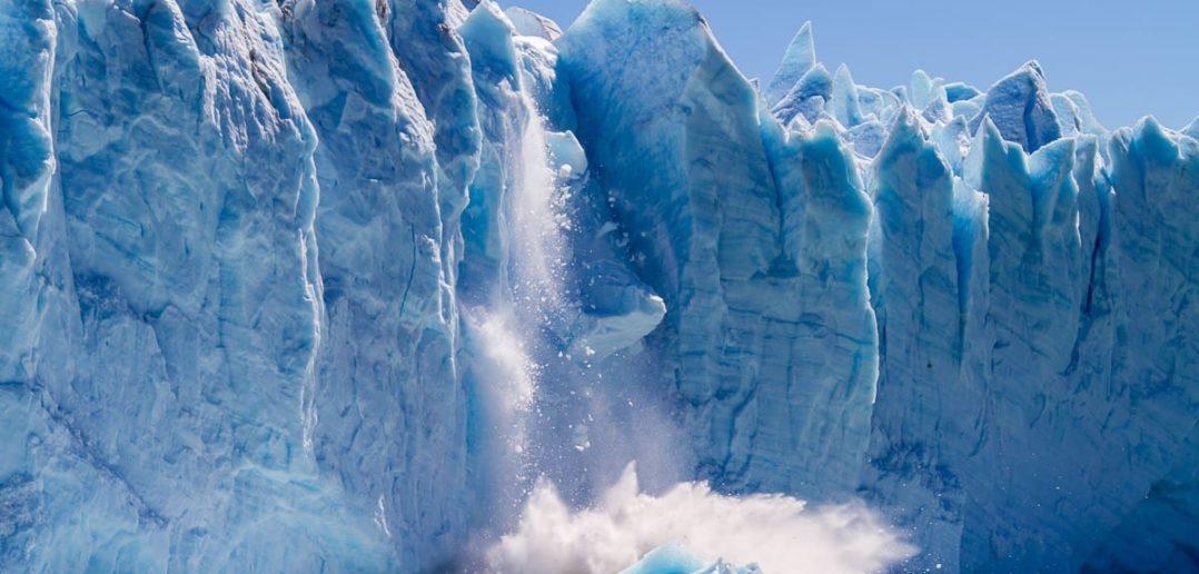 Perito Moreno Gletscher kalbert bei eitel Sonnenschein