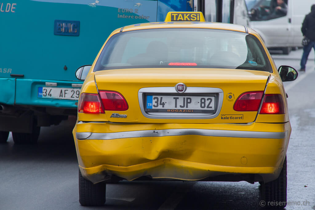 Verbeultes Taxi in Istanbul